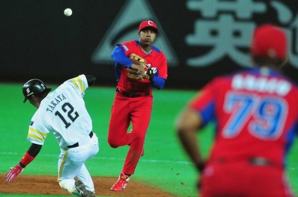 El torpedero Erisbel Arruebarruena, durante el último juego de preparación del equipo Cuba de béisbol para el III Clásico Mundial contra un equipo de la liga profesional local, en Fukuoka, Japón, el 1 de marzo de 2013. AIN FOTO/Ricardo LÓPEZ HEVIA/PERIÓDICO GRANMA