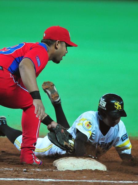 Último juego de preparación del equipo Cuba de béisbol para el III Clásico Mundial contra un equipo de la liga profesional local, en Fukuoka, Japón, el 1 de marzo de 2013. AIN FOTO/Ricardo LÓPEZ HEVIA/PERIÓDICO GRANMA