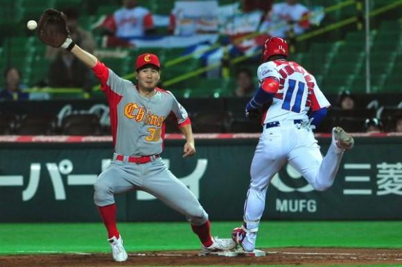 El pelotero cubano Erisbel Arruebarruena (D) en el juego contra China, donde Cuba venció doce carreras por cero y aseguró su presencia en la segunda ronda del III Clásico Mundial de Béisbol, en la ciudad de Fukuoka, en Japón, el 3 de marzo de 2013. AIN FOTO POOL/Ricardo LÓPEZ HEVIA/Periódico Granma