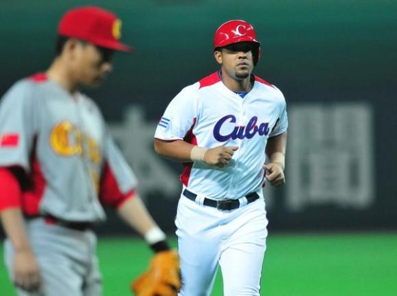 El pelotero cubano José Dariel Abreu, conectó un jonrón en el juego frente a China, donde Cuba venció, doce carreras por cero, y aseguró su presencia en la segunda ronda del III Clásico Mundial de Béisbol, en la ciudad de Fukuoka, en Japón, el 3 de marzo de 2013. AIN FOTO POOL/Ricardo LÓPEZ HEVIA/Periódico Granma