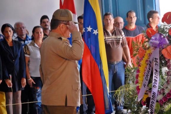 El General de División Onelio Aguilera Bermúdez, Jefe del Ejército Oriental, rinde homenaje póstumo al Presidente de Venezuela Hugo Chávez Frías, en La Periquera, Monumento Nacional, en la ciudad de Holguín, Cuba, el 7 de marzo de 2013. AIN FOTO/Juan Pablo CARRERAS/