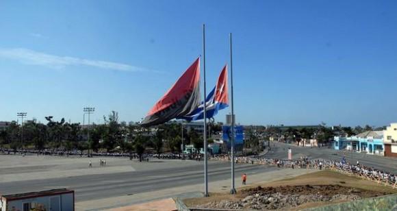 El pueblo santiaguero acude a rendir tributo de recordación al Presidente de Venezuela Hugo Rafael Chávez Frías, en la Plaza de la Revolución Antonio Maceo de Santiago de Cuba, el 7 de marzo de 2013. AIN FOTO/Miguel RUBIERA JUSTIZ