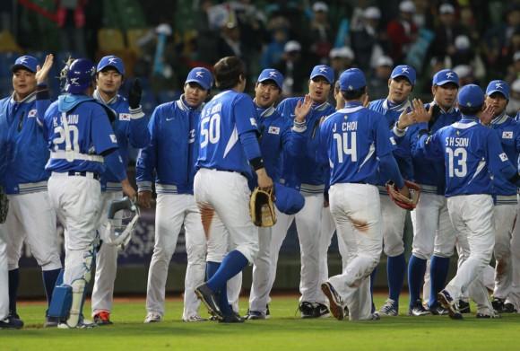 El equipo de Corea celebra en el campo luego de derrotar a Australia 6-0.