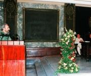 Fidel habla en presencia de Chávez en el Aula Magna de la Universidad en la primera visita a Cuba del líder bolivariano.