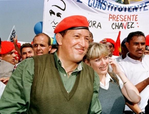8 de agosto de 1998. El comandante Hugo Chávez Frías acompañado por su esposa, Marisabel, durante una gran marcha al inicio de la campaña electoral de los comicios presidenciales del 6 de diciembre de aquel año. © AFP Bertrand Parres