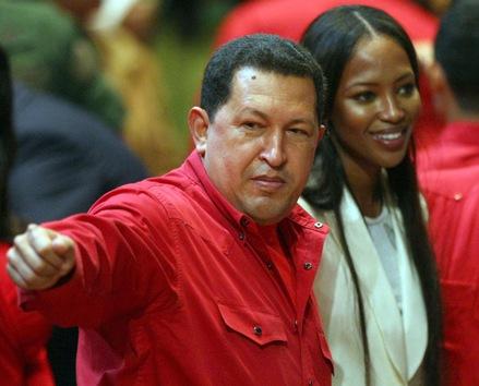 31 de octubre de 2007. Hugo Chávez habla con su huésped, la modelo británica Naomi Campbell, antes de una ceremonia en el teatro Teresa Carreño de Caracas. © AFP Juan Barreto