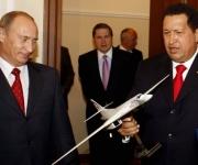 25 de septiembre de 2008. Hugo Chávez con una réplica de un Tupolev TU-160 junto al entonces primer ministro y actual presidente ruso, Vladímir Putin, durante su reunión en Moscú. © AFP Presidencia