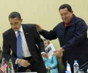 18 de abril de 2009. Hugo Chávez entrega a su homólogo estadounidense, Barack Obama, el libro 'Las venas abiertas de América Latina' durante una reunión multilateral de la Cumbre de las Américas en Puerto España, Trinidad y Tobago. © AFP Jim Watson