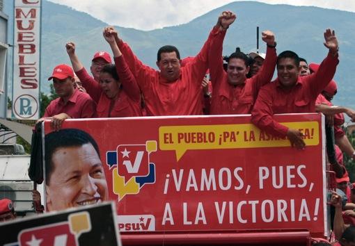 21 de septiembre de 2010. Hugo Chávez y los candidatos a la Asamblea Nacional del gobernante Partido Socialista Unido de Venezuela (PSUV) en la víspera de las legislativas, donde el oficialismo logró la mayoría de los escaños. © AFP