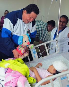 27 de agosto de 2012. Chávez visita el Hospital de Paraguaná, donde están ingresadas las personas heridas en la explosión de la refinería de petróleo Amuay. © AFP Presidencia