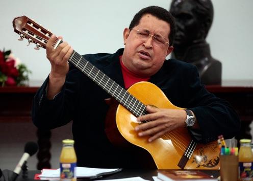 20 de septiembre de 2012. Hugo Chávez toca la guitarra durante un Consejo de Ministros en el palacio presidencial de Miraflores en Caracas. Prensa Presidencia/Archivo Cubadebate