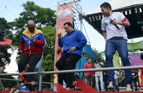 3 de octubre de 2012. Hugo Chávez baila durante un acto de campaña electoral en Maracay. © AFP Juan Barreto