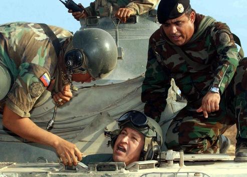11 de abril de 2004. Hugo Chávez con los miembros del Ejército en Maracaibo, a 500 kilómetros de Caracas. © AFP Presidencia