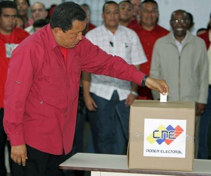 03 de diciembre de 2006. Chávez vota durante las elecciones presidenciales, donde fue reelegido para su segundo mandato con un 62% de los votos. © AFP Juan Barreto