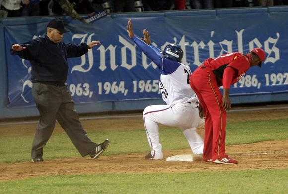 Yasmani Tomás llega quieto a tercera base. Foto: Ismael Francisco/Cubadebate.