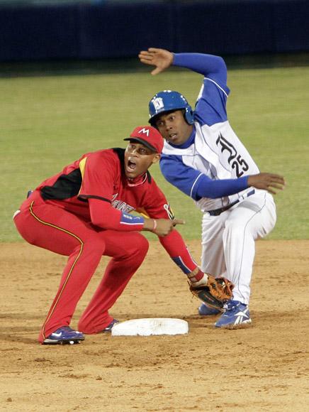 José Miguel Fernández pone out en segunda base a Irait Chirino. Foto: Ismael Francisco/Cubadebate.