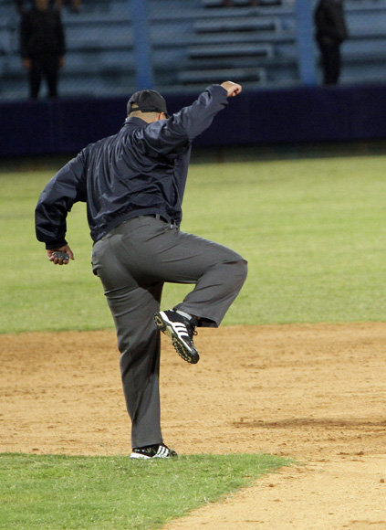 Osvaldo de Paula canta out en segunda base. Foto: Ismael Francisco/Cubadebate.