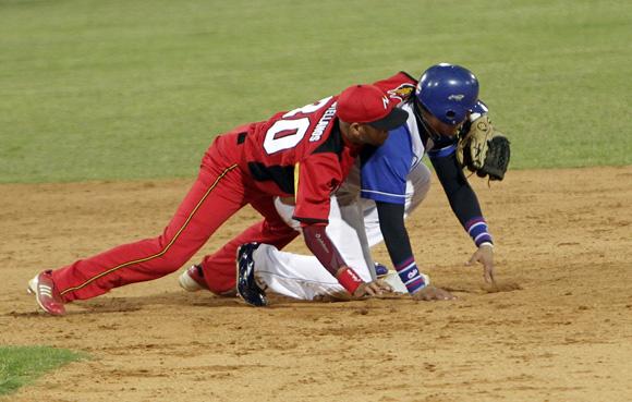 Enredada jugada en segunda base. Foto: Ismael Francisco/Cubadebate.