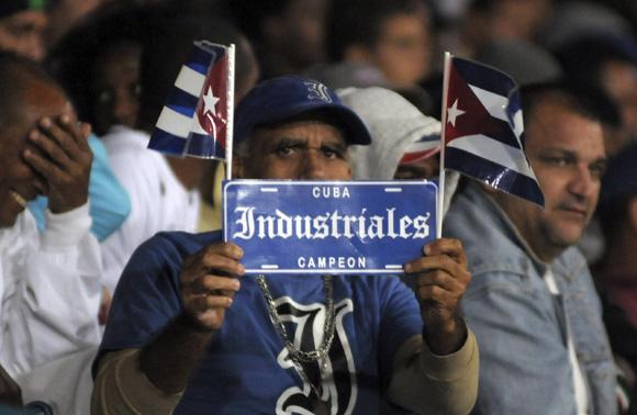 Aficionados en el Latino. Foto: Ladyrene Pérez/Cubadebate.