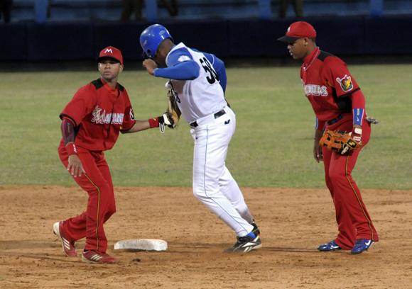 Correa en segunda base. Foto: Ladyrene Pérez/Cubadebate