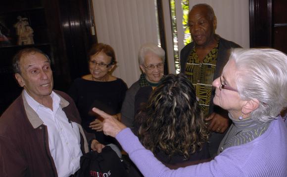 Danny Glover junto a familiares de Los Cinco en la Casa de la Amistad. Foto: Daylén Vega/Cubadebate.