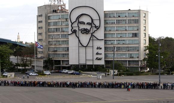 Pueblo de Cuba rinde homenaje a Hugo Chávez, en la Plaza de la Revolución José Martí. Foto: Ismael Francisco/Cubadebate.