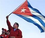 Hugo Chavez ondea Bandera cubana