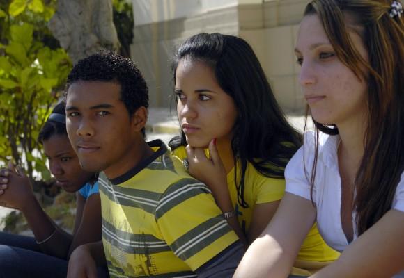 Jóvenes cubanos lamentan deceso de mandatario venezolano. Foto: Daylén Vega/Cubadebate.