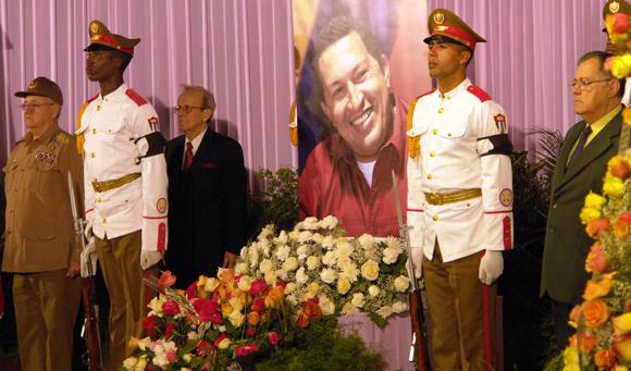 Miembros del Buró Político rinden tributo a Chávez