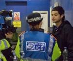 Policia británica deteniendo a un joven