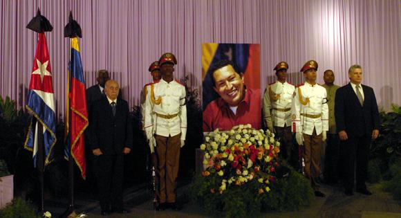 Principales dirigentes cubanos rinden tributo a Chávez