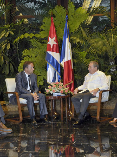 El presidente cubano, Raúl Castro, recibe al presidente del Senado francés, Jean Pierre Bel, durante su visita a Cuba. FOTO: CUBADEBATE