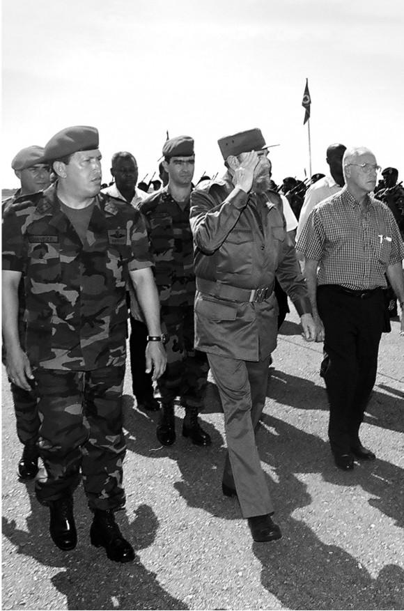 Fidel Recorre junto al presidente Hugo Chávez, las zonas más afectadas por la tragedia natural de diciembre en El Pavero. 26 de octubre de 2000.