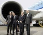 El director de KLM, el ministro holandés de Economía y el alcalde de Ámsterdam frente al avión | Foto: EFE