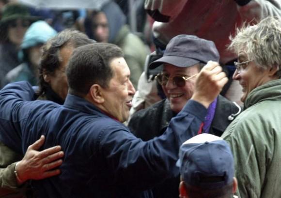 Cumbre de los Pueblos en Mar del Plata, Chávez saluda a Silvio Rodríguez y Amaury Pérez. Foto: Ismael Francisco/Cubadebate
