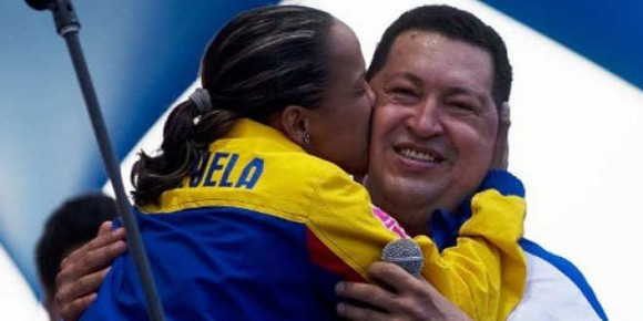 chavez-abrazo-mujer