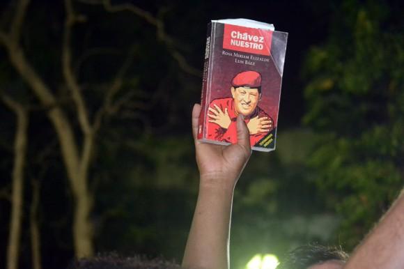 El anuncio de la muerte del presidente Hugo Chávez provocó una ola de llanto entre sus más fervientes seguidores que colmaron las cercanías del Palacio de Miraflores, el Hospital Militar y la Plaza Bolívar de Caracas. En la imagen, un caraqueño muestra el libro Chávez Nuestro, el 5 de marzo de 2012, tras conocerse la noticia del fallecimiento del líder bolivariano. Foto: Indira Guerrero/ Noticias24