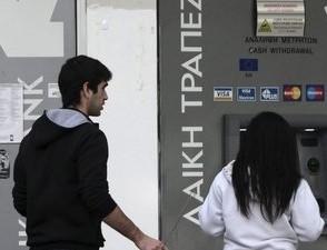 Ciudadanos chipriotas retiran sus ahorros de los bancos