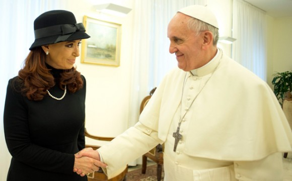 Cristina Fernández junto al Papa Francisco. Foto: Reuters.