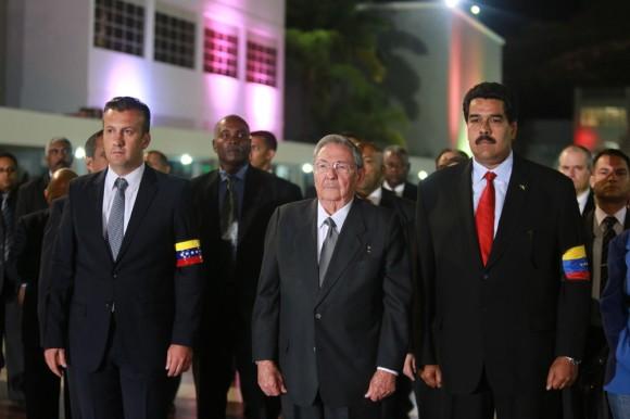 Raúl rinde tributo a Chávez en la capilla ardiente instalada en la Academia Militar