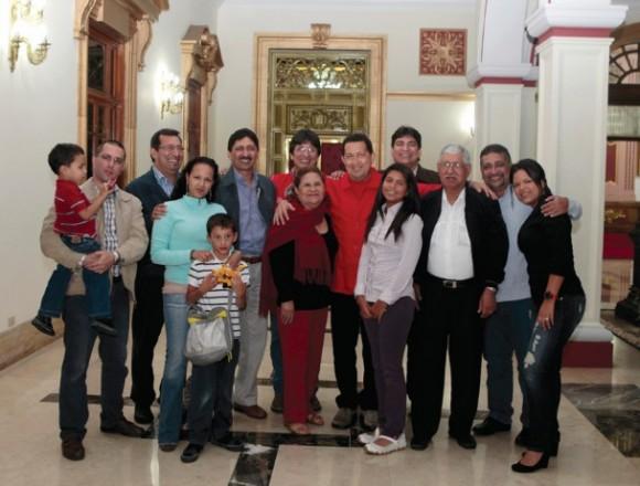 """Familia Chávez en Miraflores con sus padres, hijos y nietos. Detrás, de izquierda a derecha, los hermanos Adán, Argenis, Ignacio (""""Nacho""""), Adelis y Aníbal."""