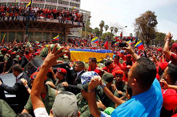 Una marea roja de dolor y llanto despide a Hugo Chávez en el centro de Caracas