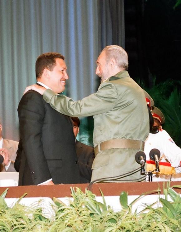 Fidel le impone a Chávez la Orden Carlos Manuel de Céspedes 14 de diciembre de 2004. Foto: Estudios Revolución/Archivo de Cubadebate