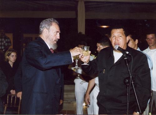 Chávez brinda con Fidel a las 00 horas del 13 de agosto de 2001, por el cumpleaños 75 del líder de la Revolución Cubana