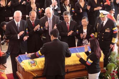 EL equipo de gobierno venezolano rinde tributo a su Presidente