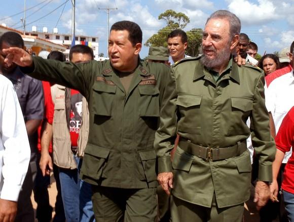 Con Fidel en Sandino, Pinar del Río, inaugurando la nueva comunidad Simón Bolívar. Foto: Estudios Revolución/Archivo de Cubadebate