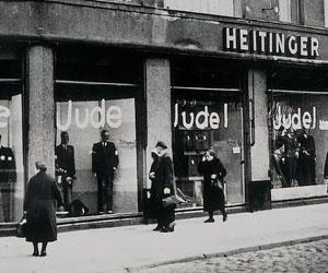 """Un negocio en la Alemania nazi, con la palabra """"judío"""" en las vidrieras."""