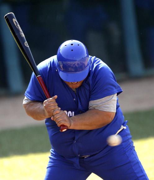 Juego de estrellas de Veteranos. Romelio Martinez, como de costumbre tomo pelotazo. Foto: Ismael Francisco/Cubadebate.