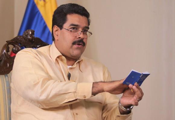 Nicolás Maduro sostiene la Constitución.