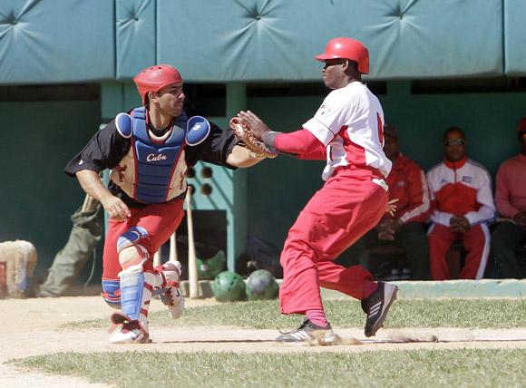 La defensa del home plate preocupa al mando pinareño. Foto: Ismael Francisco/Cubadebate.